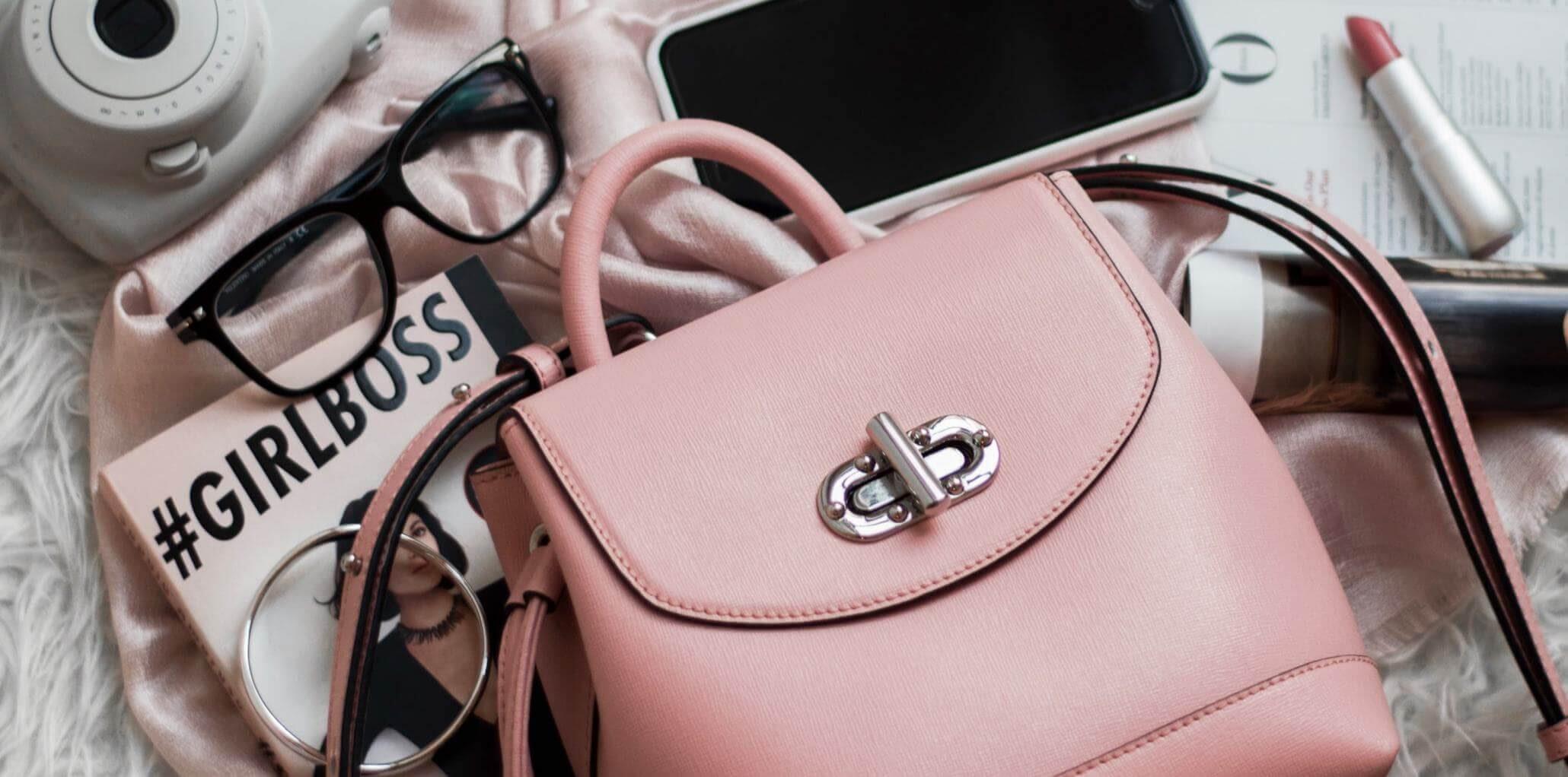 Handtasche und Inhalt auf Bett - Handtaschen aus Latex