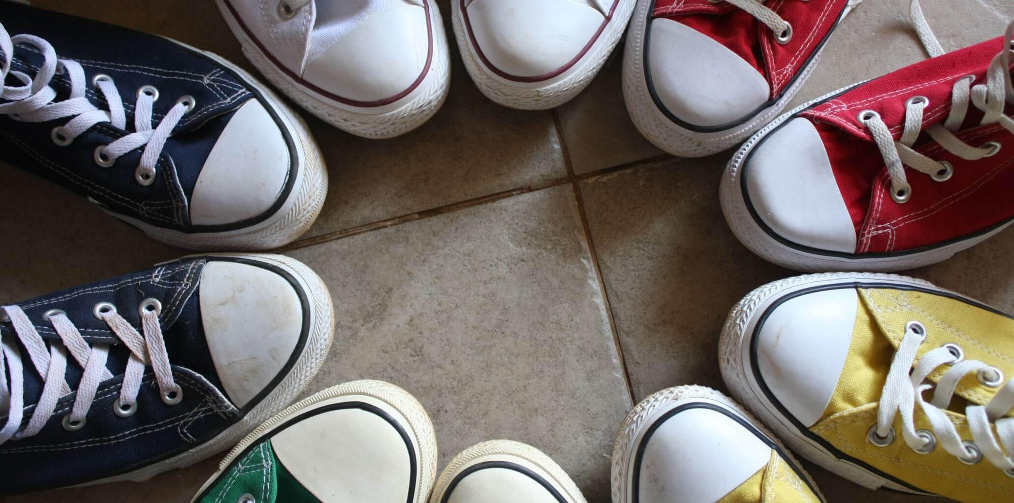 Schuhe Sneaker in verschiedenen Farben im Kreis