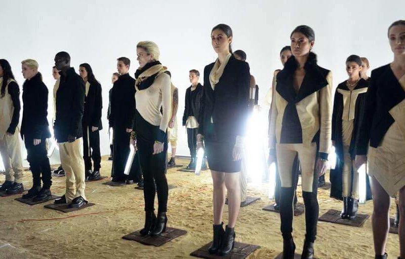 Modeschau Menschen ausgestellt - Pariser Fashion Week