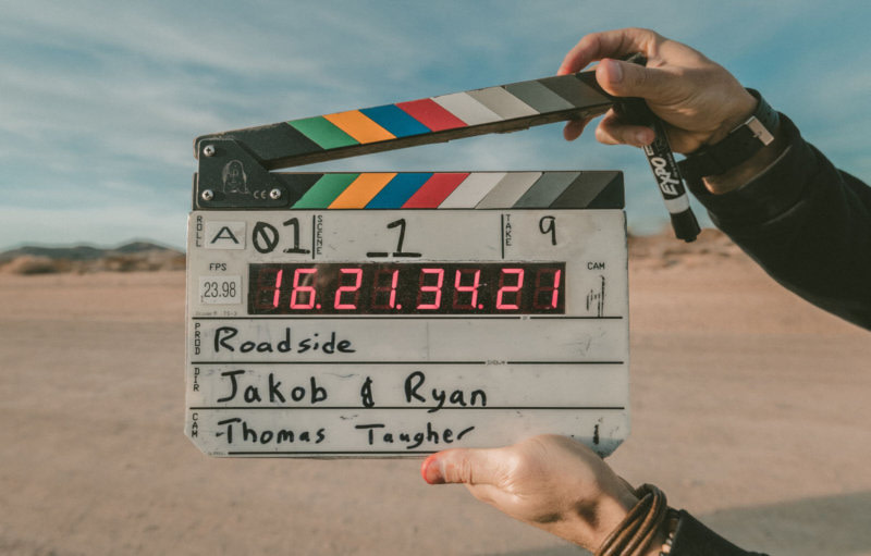 Klappboard für Filmset vor Wüste