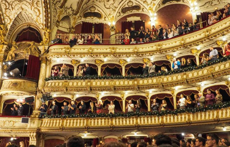 Latex in der Oper - Menschen auf den Rängen